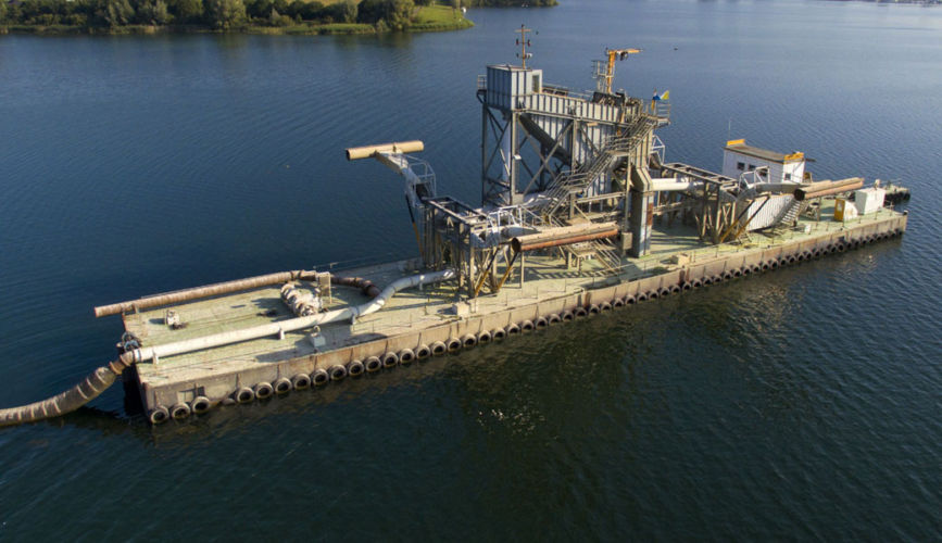Static screening and separating sand and gravel pontoon Grevelingen