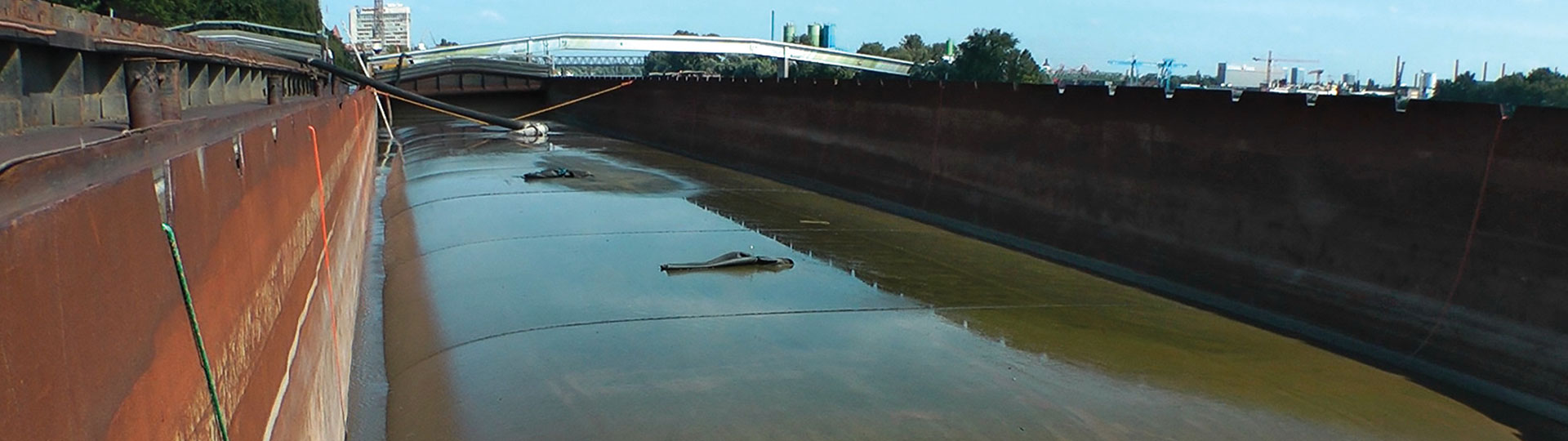 2,000 m3 hopper barges with geotextile container.